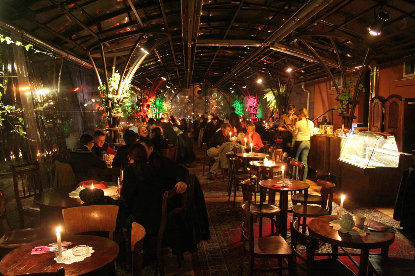 Café du Bunkier sztuki à Cracovie le soir.
